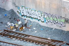 Två män som ut hänger bredvid järnväg Royaltyfri Bild