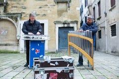 Två män som utför på exponeringsglas i Venedig Fotografering för Bildbyråer