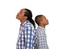 Två män, tillbaka att dra tillbaka, ledset som är besvikna med de Arkivfoto