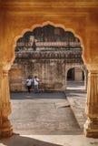 Två män via en båge av mannen Singh Palace Arkivfoton