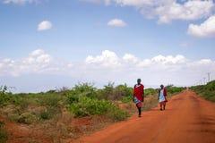 Två maasaimän i traditionell kläder, Kenya Royaltyfri Foto