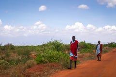 Två maasaimän i traditionell kläder, Kenya Fotografering för Bildbyråer