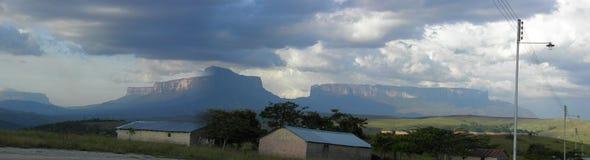 Två magiska berg i borttappad värld Royaltyfri Bild