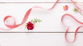 Två magiska hjärtor för band på träbackround, valentindagbegrepp Arkivfoton