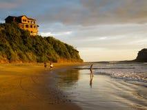 Två male surfarear går på bärande surfingbrädor för stranden i Nicaragua på den låga tiden Arkivbilder