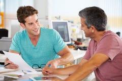 Två manar som möter i idérikt kontor Arkivfoto
