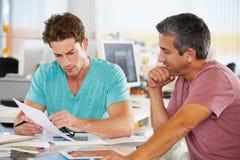 Två manar som möter i idérikt kontor Arkivfoton