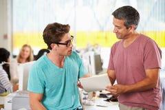 Två manar som möter i idérikt kontor Royaltyfri Foto