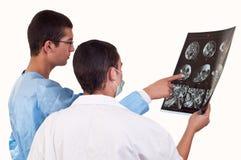 Ståenden av två manipulerar undersöka en tomography Arkivfoto