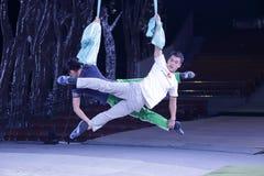 Två manliga akrobater repeterar Arkivbild