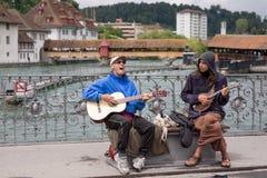 Två manliga buskers som sjunger och spelar gitarrer Fotografering för Bildbyråer