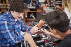 Två manliga elever som bygger det Robotic medlet i vetenskapskurs royaltyfria bilder