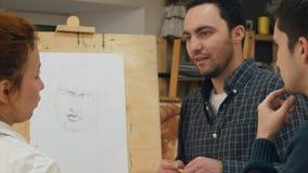 Två manliga studenter som frågar frågor om teckningstekniker Royaltyfri Fotografi