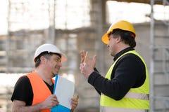 Två manliga väg-och vattenbyggnadsingenjör på arbete arkivbilder