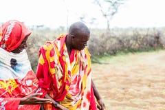 Två Massai män som tillsammans går Royaltyfri Fotografi