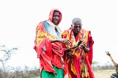 Två Massai män som tillsammans går Royaltyfria Foton