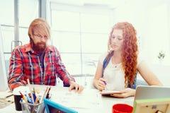 Två medarbetare som tillsammans arbetar arkivbilder