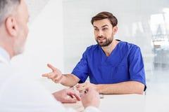 Två medicinska arbetare som talar på kliniken royaltyfria foton