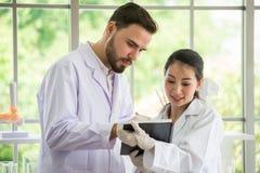 Två medicinska doktorer som konsulterar med papper på sjukhuset royaltyfria foton