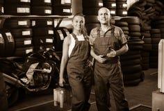 Två mekaniker i bilfixandeseminarium royaltyfri foto