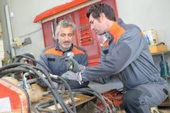 Två mekaniker på arbete arkivfoton
