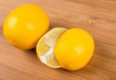 Två meyer citroner Arkivbild