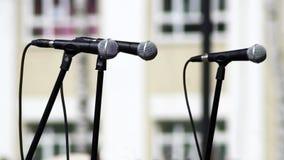 Två mikrofoner på byggnadsbakgrund Arkivbilder