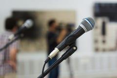 Två mikrofoner på etapp Fotografering för Bildbyråer