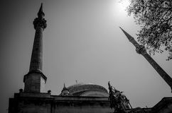 Två minaret i svartvitt Arkivbild