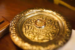 Två minimalistic härliga vigselringar försilvrar och guld på anti- Royaltyfri Fotografi