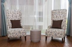 Två modeern stolar i livingroom Royaltyfri Fotografi