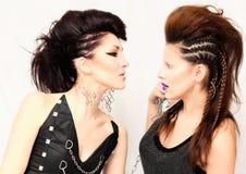Två modeflickor med den yrkesmässiga frisyren och makeup Royaltyfri Foto