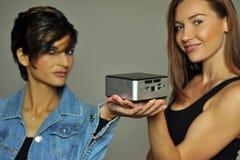 Två modeller som visar den mini- datoren arkivfoto