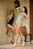 Två modemodeller i formgivarebaddräkt Fotografering för Bildbyråer