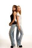 Två moderiktiga unga kvinnor som tillbaka står för att dra tillbaka Royaltyfri Foto