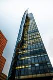 Två moderna byggnader för höghus mot himlen royaltyfri fotografi