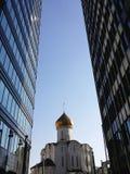 Två moderna byggnader och tempel Royaltyfri Bild