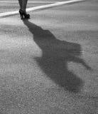 Två moderna flickor på höga häl står på solig asfalt Fotografering för Bildbyråer
