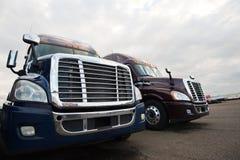 Två moderna halva lastbilar på långtradarcaféet grillar främre sikt Royaltyfri Bild