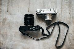 Två moderna kameror - som är retro och Royaltyfria Bilder