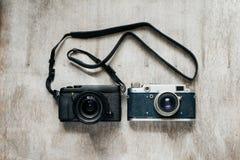 Två moderna kameror - som är retro och Royaltyfri Bild