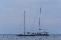 Två moderna segelbåtar som seglar på medeltalen arkivbild