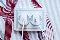 Två moderna vita mobiltelefonuppladdare pluggade in i håligheten Förlorat begrepp för energi Royaltyfria Foton