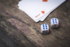 Två modiga tärning numrerar sex och överdängaren av hjärtor som spelar kort med copyspace Arkivfoto