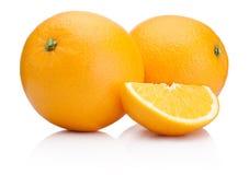 Två mogna apelsiner bär frukt och skivar isolerat på vit Arkivbilder