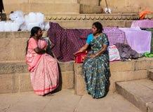 Två momen på ghatsna av Varanasi Arkivbild