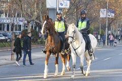 Två monterade storstads- poliser i Madrid royaltyfria foton