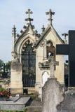 Två monument med kors på kyrkogården Royaltyfria Foton