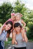 Två mor med deras ungar Fotografering för Bildbyråer