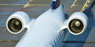 Två motorer på svansen av en passagerarflygplan arkivbilder